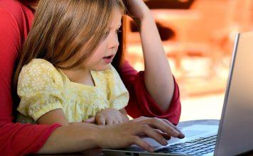 Enfant sur l'écran d'un ordinateur